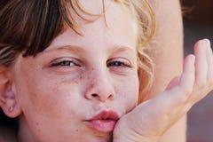 Fille mignonne couverte de taches de rousseur Images libres de droits