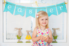 Fille mignonne d'enfant en bas âge avec la décoration de Pâques Images libres de droits