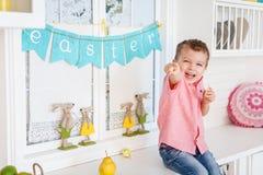 Fille mignonne d'enfant en bas âge avec la décoration de Pâques Images stock