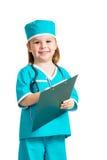 Fille mignonne d'enfant en uniforme comme docteur d'isolement sur le blanc photo stock