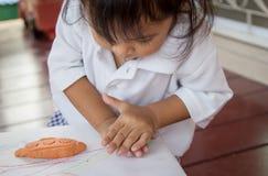 Fille mignonne d'enfant petite jouant avec de l'argile Photos libres de droits