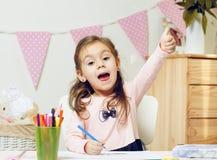 Fille mignonne d'ordures peignant ou faisant son travail dans sa chambre Humeur heureuse photos libres de droits