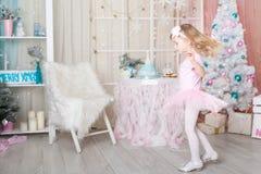 Fille mignonne dans des décorations de Noël Photographie stock libre de droits