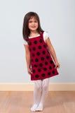 Fille mignonne dans la robe rouge Image libre de droits