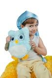 Fille mignonne dans le chapeau bleu de sommeil d'isolement sur le blanc Photographie stock libre de droits