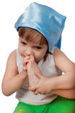 Fille mignonne dans le chapeau bleu de sommeil d'isolement sur le blanc Photo libre de droits