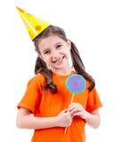 Fille mignonne dans le chapeau de partie avec la sucrerie colorée Photos libres de droits