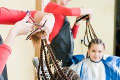 Fille mignonne dans le salon de coiffeur photos libres de droits