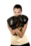 Fille mignonne dans les gants de boxe noirs Photographie stock libre de droits