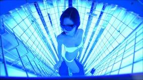 Fille mignonne dans un maillot de bain dans une cabine spéciale avec les lampes UV pour le traitement du psoriasis clips vidéos