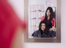 Fille mignonne dans un salon de cheveu Photographie stock libre de droits