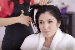 Fille mignonne dans un salon de cheveu Image stock