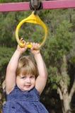 Fille mignonne dans une cour de jeu Image libre de droits