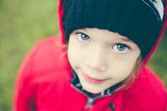 Fille mignonne dans une veste et un chapeau sur le stree Photo stock