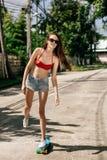 Fille mignonne de hippie dans le bikini avec la planche à roulettes Image libre de droits