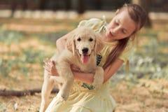 Fille mignonne de jeune adolescent de belle scène de chiot de chien d'arrêt appréciant posant des vacances d'heure d'été avec le  Images libres de droits