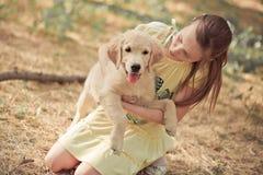 Fille mignonne de jeune adolescent de belle scène de chiot de chien d'arrêt appréciant posant des vacances d'heure d'été avec le  Photographie stock libre de droits