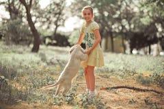 Fille mignonne de jeune adolescent de belle scène de chiot de chien d'arrêt appréciant posant des vacances d'heure d'été avec le  Images stock