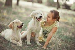 Fille mignonne de jeune adolescent de belle scène de chiot de chien d'arrêt appréciant posant des vacances d'heure d'été avec le  Photos stock
