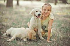 Fille mignonne de jeune adolescent de belle scène de chiot de chien d'arrêt appréciant posant des vacances d'heure d'été avec le  Image stock