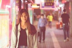 Fille mignonne de voyageur dans la rue de nuit de Hong Kong image stock