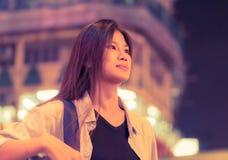 Fille mignonne de voyageur dans la rue de nuit de Hong Kong photographie stock libre de droits
