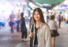 Fille mignonne de voyageur dans la rue de nuit de Hong Kong image libre de droits