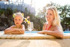 Fille mignonne et belle mère à la piscine Images libres de droits
