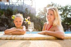 Fille mignonne et belle mère à la piscine Photo libre de droits