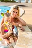 Fille mignonne et belle mère à la piscine Images stock