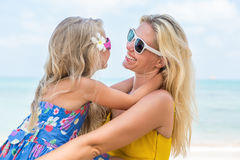 Fille mignonne et belle mère sur la plage Images stock