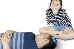 Fille mignonne et son père avec des rouleaux de cheveux Photos stock