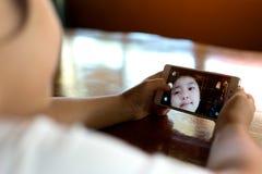 Fille mignonne faisant un selfie drôle Image libre de droits
