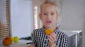 Fille mignonne heureuse avec des fruits dans la cuisine, concept sain de consommation d'enfants Consommation saine - enfant dans  clips vidéos