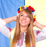 Fille mignonne heureuse dans le costume national ukrainien Photo stock