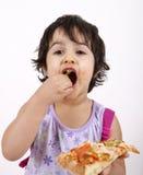 Fille mignonne mangeant de la pizza images libres de droits