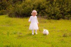 Fille mignonne marchant son lapin d'animal familier Photographie stock