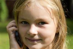 Fille mignonne parlant par cellulaire Photo stock