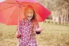 Fille mignonne pendant la pluie photos libres de droits