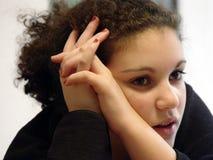 Fille mignonne pensant dur Photographie stock libre de droits