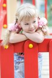 Fille mignonne posant sur la cour de jeu. Image libre de droits