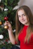 Fille mignonne près d'arbre de nouvelle année images stock