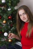 Fille mignonne près d'arbre de nouvelle année image libre de droits
