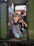 Fille mignonne regardant de vieilles portes de train photographie stock libre de droits