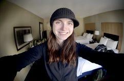Fille mignonne Selfie dans la chambre d'hôtel Photos stock