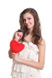 Fille mignonne souriant avec un signe rouge de coeur Photographie stock libre de droits