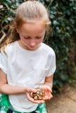 Fille mignonne tenant la tortue de bébé photographie stock