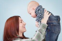 Fille mignonne tenant le frère de bébé Images libres de droits