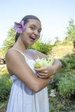 Fille mignonne tenant les pommes et les poires vertes Images libres de droits