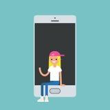 Fille millénaire s'asseyant à l'intérieur du smartphone et ondulant sa main Images libres de droits